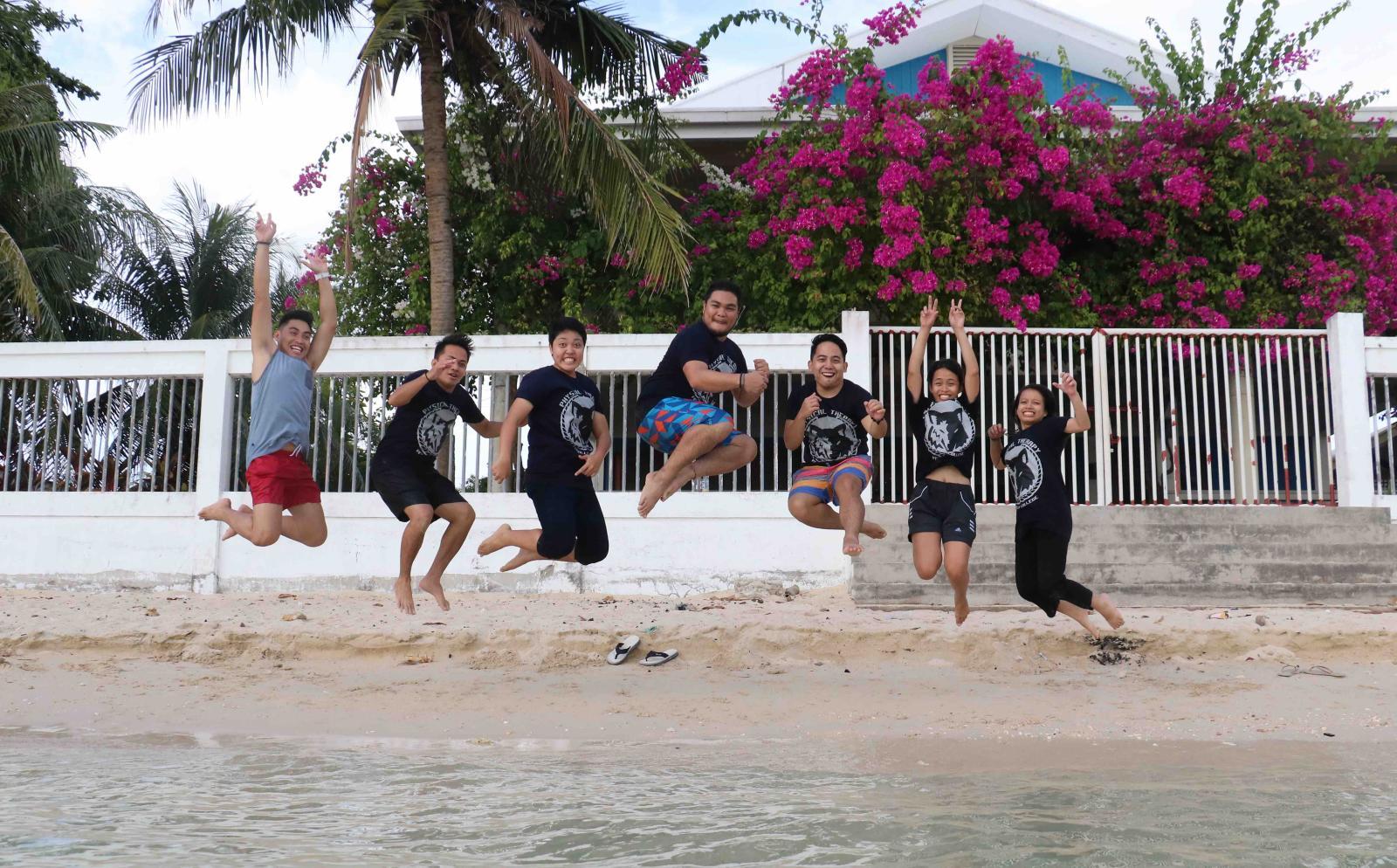 Voluntarios de Projects Abroad divirtiéndose en una playa de Filipinas.